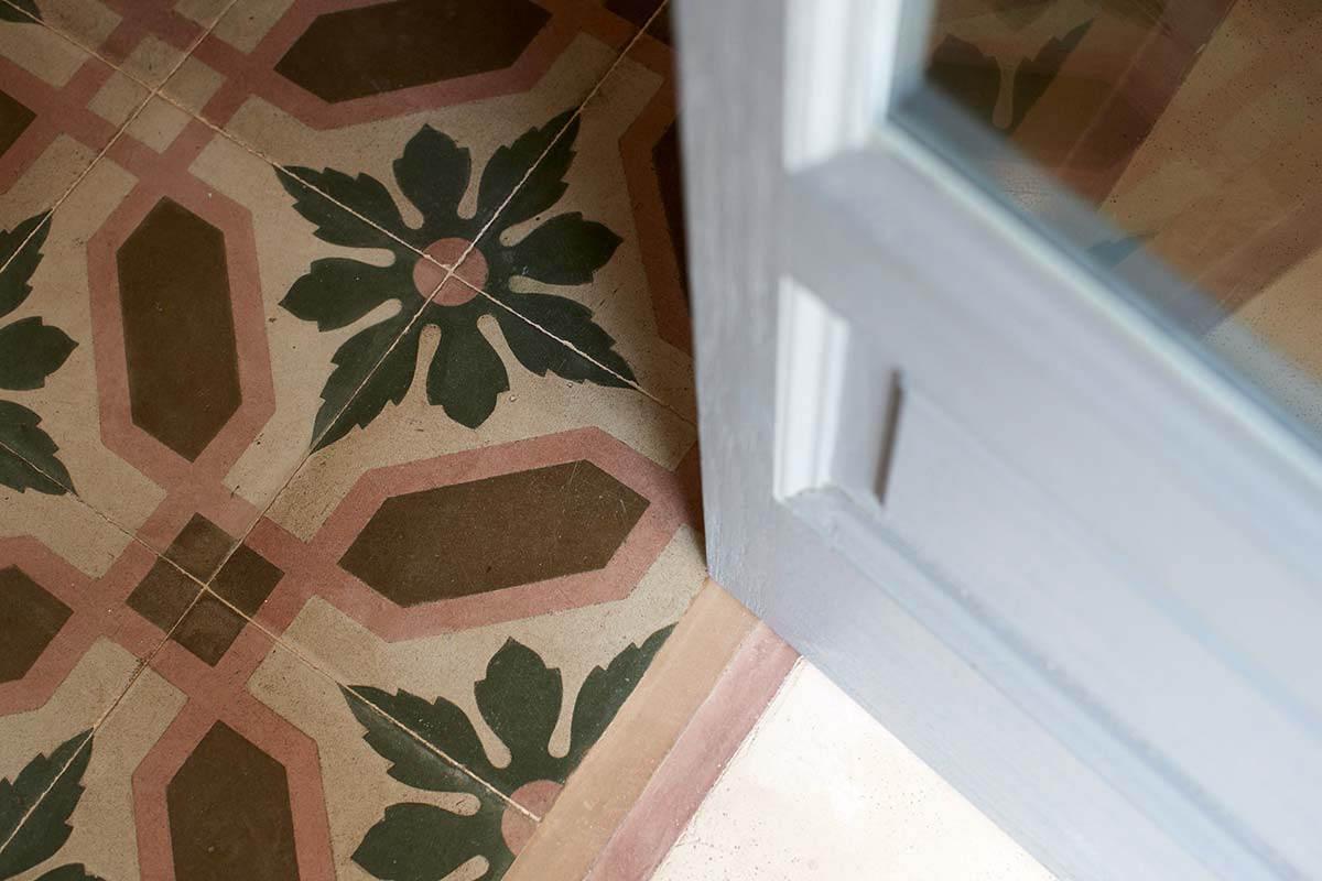 Stanza Nausicaa - Particolare Porta e rustico pavimento ottocentesco - Masseria Almadava