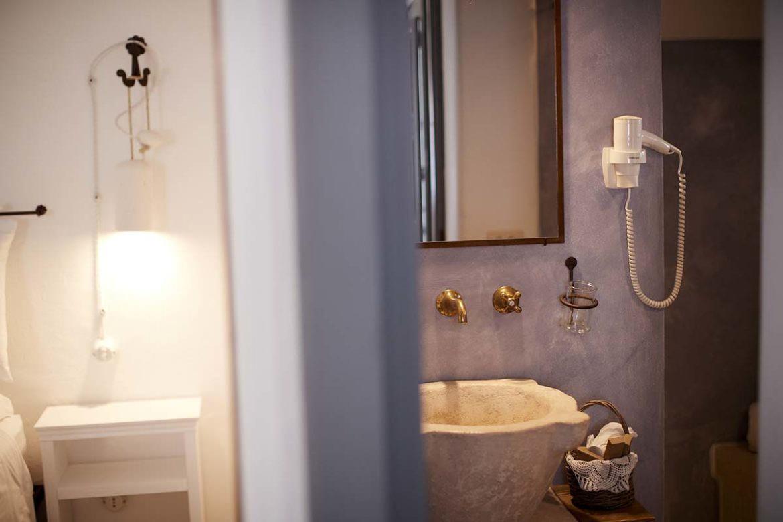 Stone washbasin Almadava room